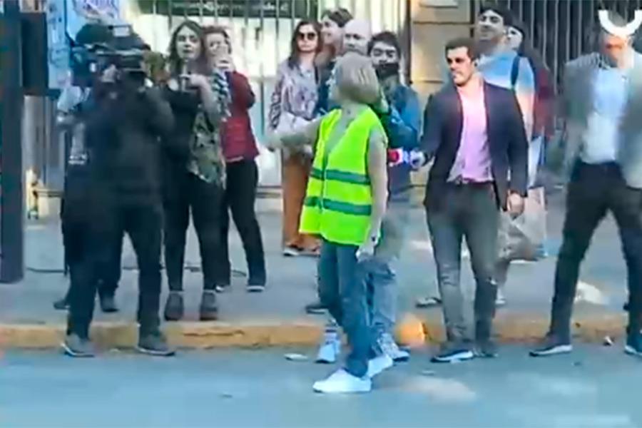 """Muchas """"Evelyn Matthei"""" aparecieron dirigiendo el tránsito en Providencia este viernes - LOS40 Chile"""