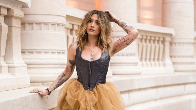 """Hija de Michael Jackson deslumbra en desfile de """"Paris Fashion Week"""""""