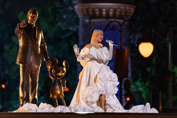 Christina Aguilera Parece Una Princesa Con Un Vestido Blanco Y